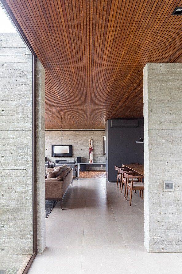 Casa Contemporânea em Brasília por ArqBr 019 ©Haruo Mikami Sala de Estar forro de madeira + parade concreto