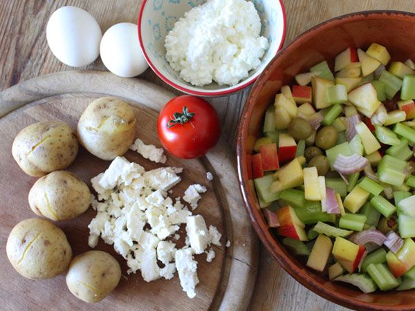 #Frühlingssalat mit Pellkartoffeln, Stangensellerie, Apfel, Zwiebel, Tomate, Oliven, Hüttenkäse, etwas Feta, hartgekochten Eiern und Leinöl #Rezept
