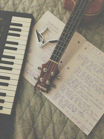 Teclado, capotraste e violão.