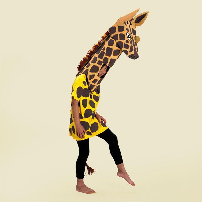 """Bea de Rivera Marinel.lo, autora del llibre """" Crea les teves disfresses"""", creació dels projectes, direcció d'art i maquetació. Per Círculo de Lectores/Imaginarium. Un llibre de manualiats per crear disfresses originals, utilitzant caixes de cartró, pintura, cola, papers de colors i altres materials reciclats, on la participació dels nens és fonamental. Estimula la creativitat i fomenta la filosofia del reciclatge y del """"fes-ho tu mateix"""" Bea de Rivera Marinel.lo, ..."""
