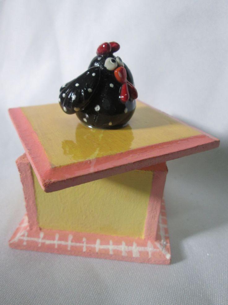 cajita de madera lijada y reutilizada adornada con gallinita en porcelana fria