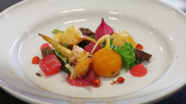 Salat med høstgrønnsaker og terninger av rognebærgelé blir fargesprakende på…