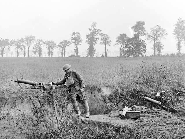 Australian soldier with a captured MG 08 , August 1918.