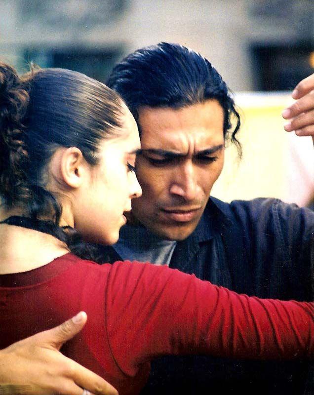 """""""Il segreto del tango sta in quell'istante di improvvisazione   che si crea tra passo e passo.   Rendere l'impossibile una cosa possibile:   ballare il silenzio"""".  Carlos Gavito"""