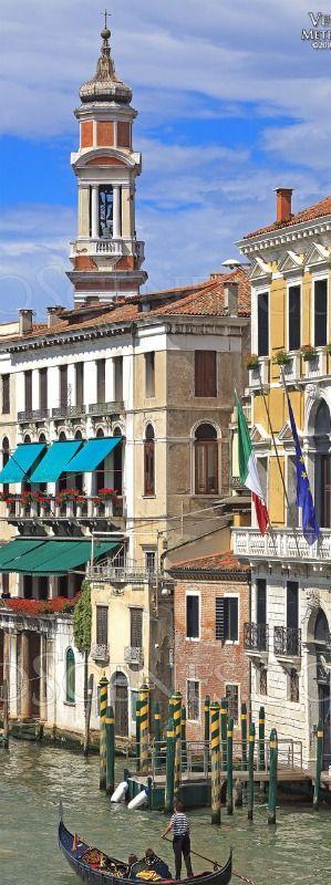 El Gran Canal tiene casi 4 km de longitud; se desliza desde la punta noroeste de Venecia, donde están los accesos a tierra firme, hasta la dársena de San Marcos (en la Plaza San Marcos) en el mar Adriático.