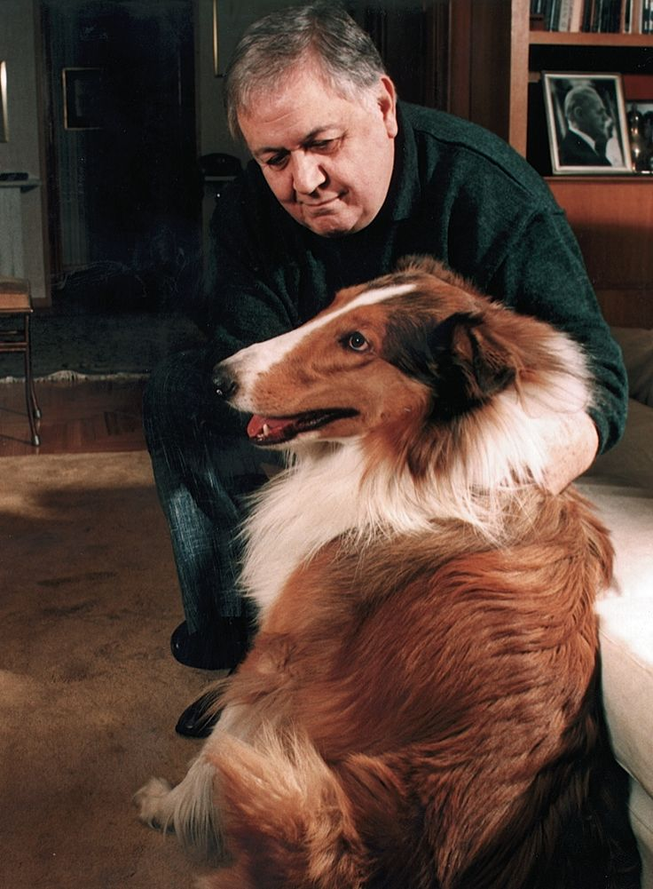 Δεν ήταν φιλόζωος. Έγινε. Όταν ο γιος του, ο Γιώργος Χατζιδάκις, του πρότεινε να πάρουν ένα σκύλο, ήταν αρνητικός. Είπε πως τα μόνα ζώα με τα οποία είχε μάθει να συμβιώνει ήταν οι άνθρωποι. Τελικά, έζησε μέχρι το τέλος της ζωής του με τρία σκυλιά και μία γάτα, όλοι μαζί σε ένα σπίτι με πλήρη αρμονία. Τον ένα σκύλο τον έλεγε Σείριο, τον άλλο Πολύβιο, τον άλλο Ραλλού και τη γάτα Κεμάλ..