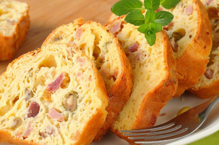 """750g vous propose la recette """"Cake salé au jambon et aux olives"""" notée 4/5 par 81 votants."""