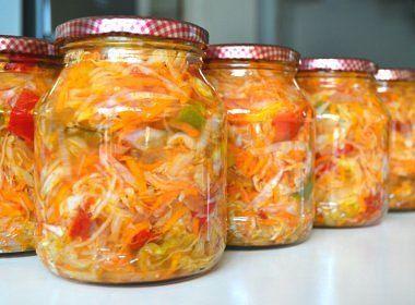 ОВОЩНОЕ АССОРТИ Такая красочная овощная смесь порадует как своим вкусом, так и внешним видом. А готовить ее очень просто. Что понадобится: капуста – 5 кг, морковь – 1 кг, лук – 1 кг, красный сладкий перец – 1 кг, сахар – 350 г, соль – 4 ст.л., 9%-ный уксус – 0,5 л, растительное масло – 0,5 л, терка, таз, толкушка, банки. Процесс: Овощи мелко нашинковать или натереть на крупной терке, сложить в большой таз. Овощи в тазу посолить, добавить сахар, уксус, масло и осторожно перемешать, стараясь…