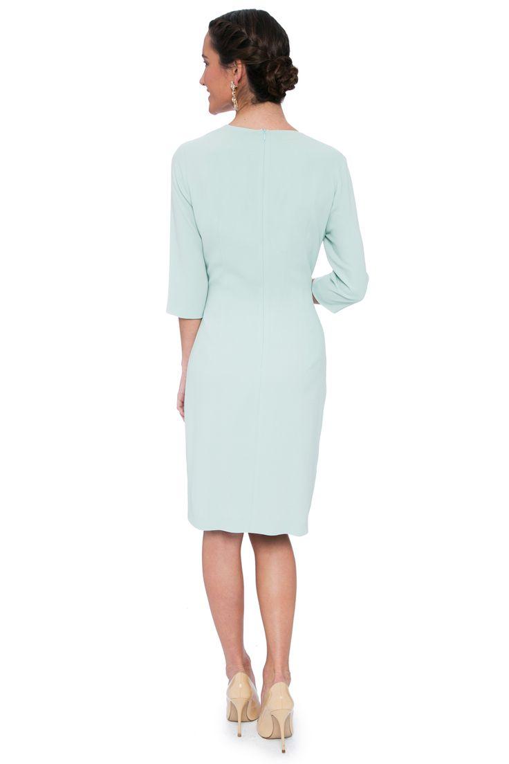 Vestido en crepe fluído de escote pico cruzado con lazo lateral y peplum en diagonal en la falda. Falda recta y mangas 3/4.