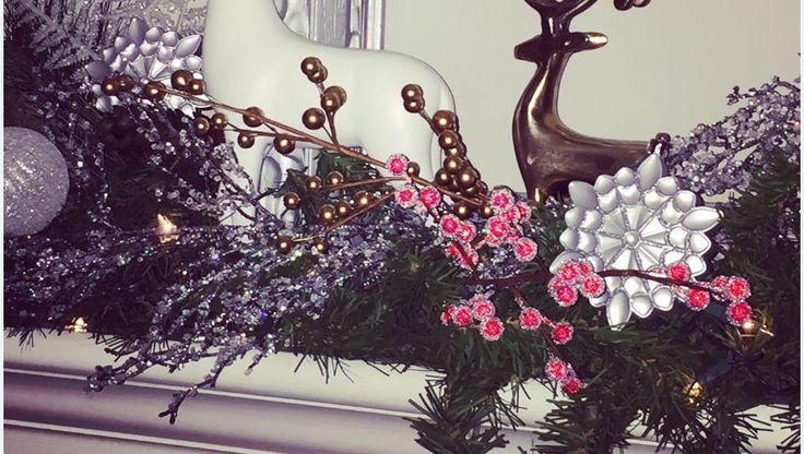 A festive Christmas mantle! #christmas #mantle #decor #christmasdecorations #design #christmasiscoming