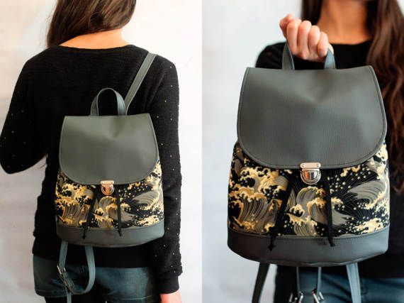 Bucket backpack, zaino unisex in cotone con motivo a onde Kanagawa di Hokusai e vegan leather grigio con coulisse e bottone a cartella Vegan