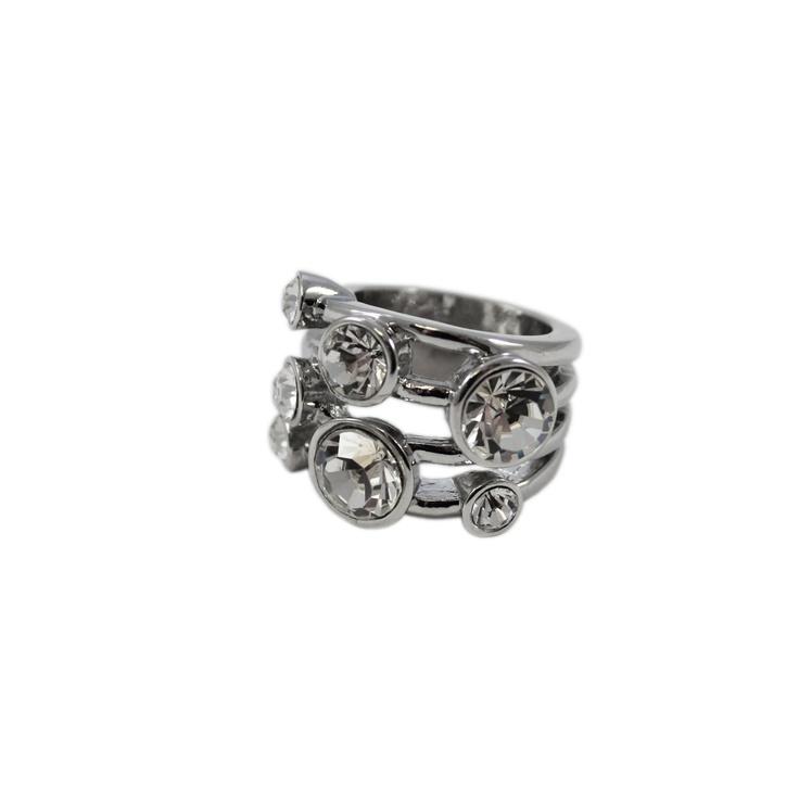 Häftig ring med stora kristallfärgade stenar.