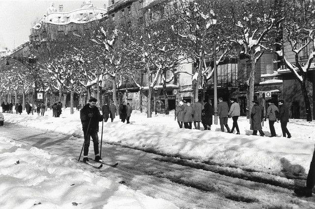 El paseo de Gràcia se convirtió en una improvisada pista de esquí. ARCHIVO / XAVIER MISERACHS