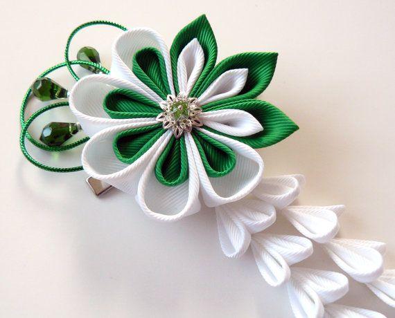 Kanzashi Stoff Blume Haarspange mit fällt. Grünen und weißen Stoff Blume. Smaragd und weißen kanzashi
