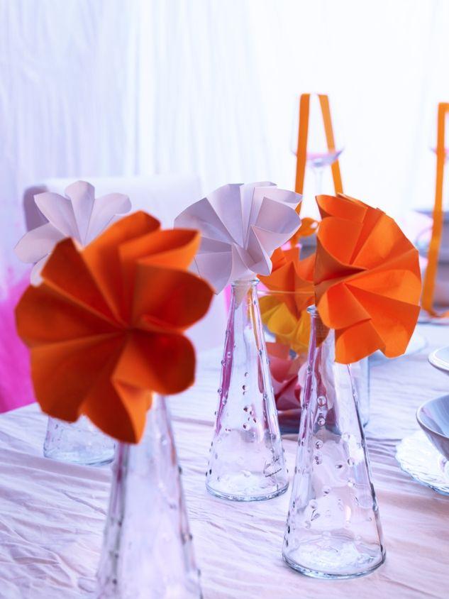 Αναμίξτε και συνδυάστε φρέσκα λουλούδια με χάρτινα και δώστε χρώμα στο γιορτινό τραπέζι.