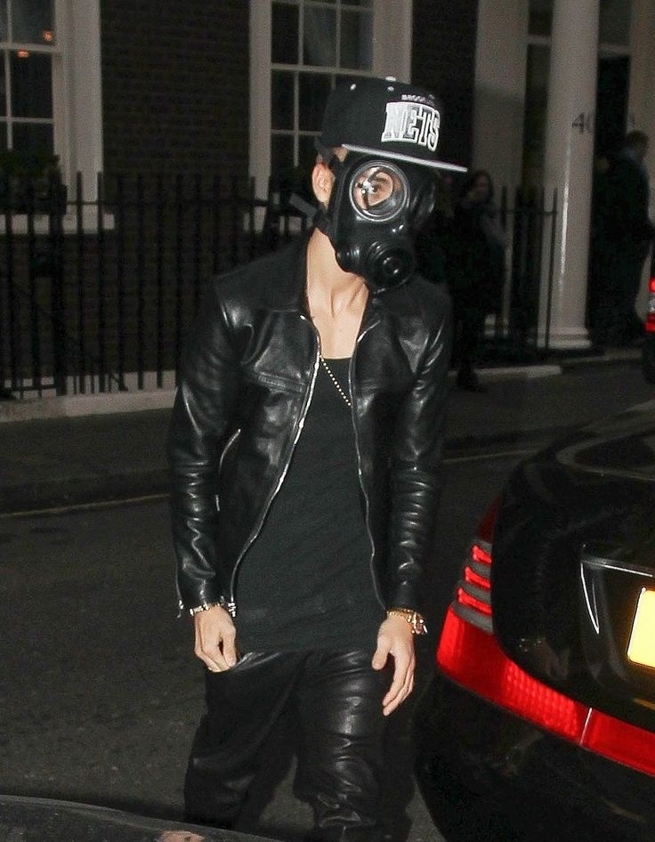 Justin Bieber Wears Gas Mask While Shopping in London!