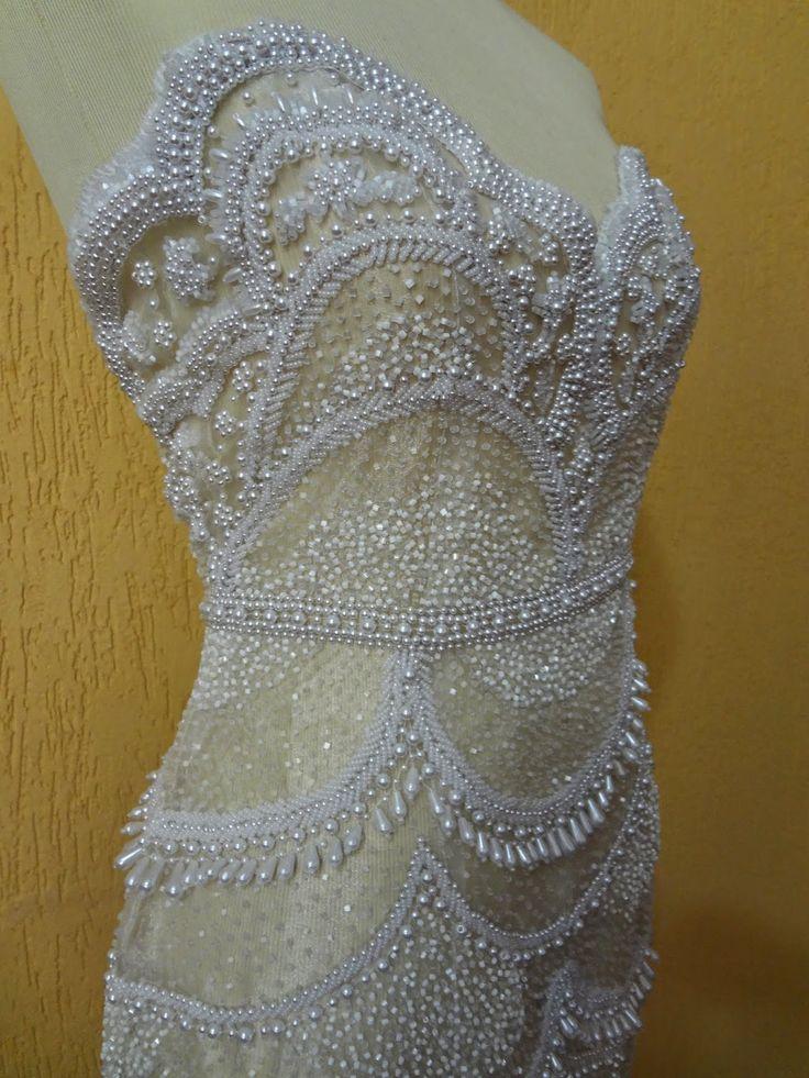 Vestido de organza cristal branca bordada com diversos tipos de pedrarias (vidrilhos, pérolas - diversos tamanhos - missa...