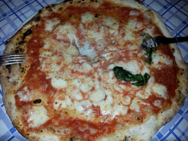 Pizza margherita con doppia mozzarella. #napoli #pizza