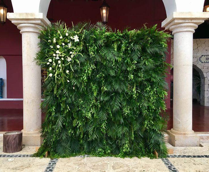 CBA140 Weddings Riviera Maya greenery and floral wall, perfect background for ceremony or photo booth. / bodas, pared de follajes y flores como fondo para ceremonias o cabinas de fotos.