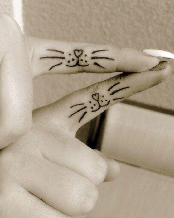 Tatouage discret, un peit tatouage de moustaches de chat sur l'intérieur du doigt, à partager avec sa soeur, sa chérie, sa meilleure amie