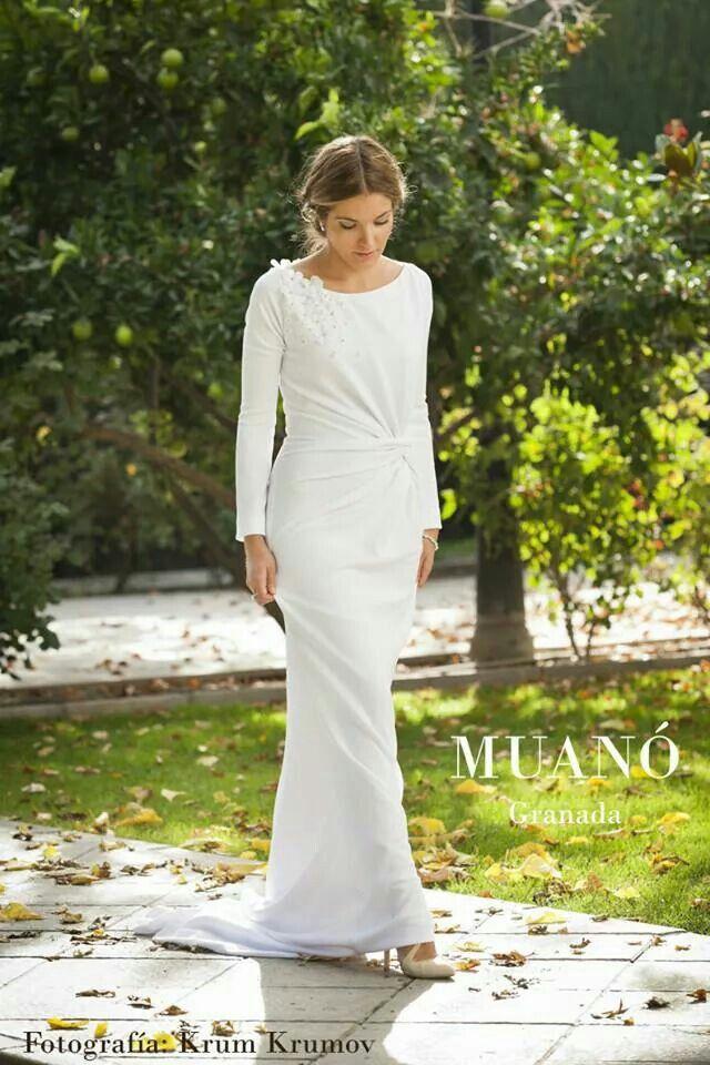 Vestido de novia Muanó, drapeado lateral, manga larga y detalle flores. Fotografía krum krumov