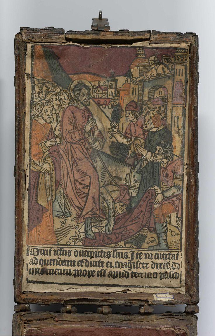 Anonymous | Kist met een ingekleurde houtsnede met Intocht in Jerusalem, Anonymous, 1490 - 1510 | Kist van hout, bekleed met zwart leer en voorzien van grof gesmede ijzeren met nagels bevestigde banden. Aan de voorzijde een slotplaat van ijzer met links en rechts opengewerkte vierkante vakken met een zuiltje (?). Op de binnenzijde van het deksel is een met sjablonen gekleurde houtsnede aangebracht met een voorstelling van de Intocht in Jerusalem. De binnenzijde is bekleed met rood linnen.