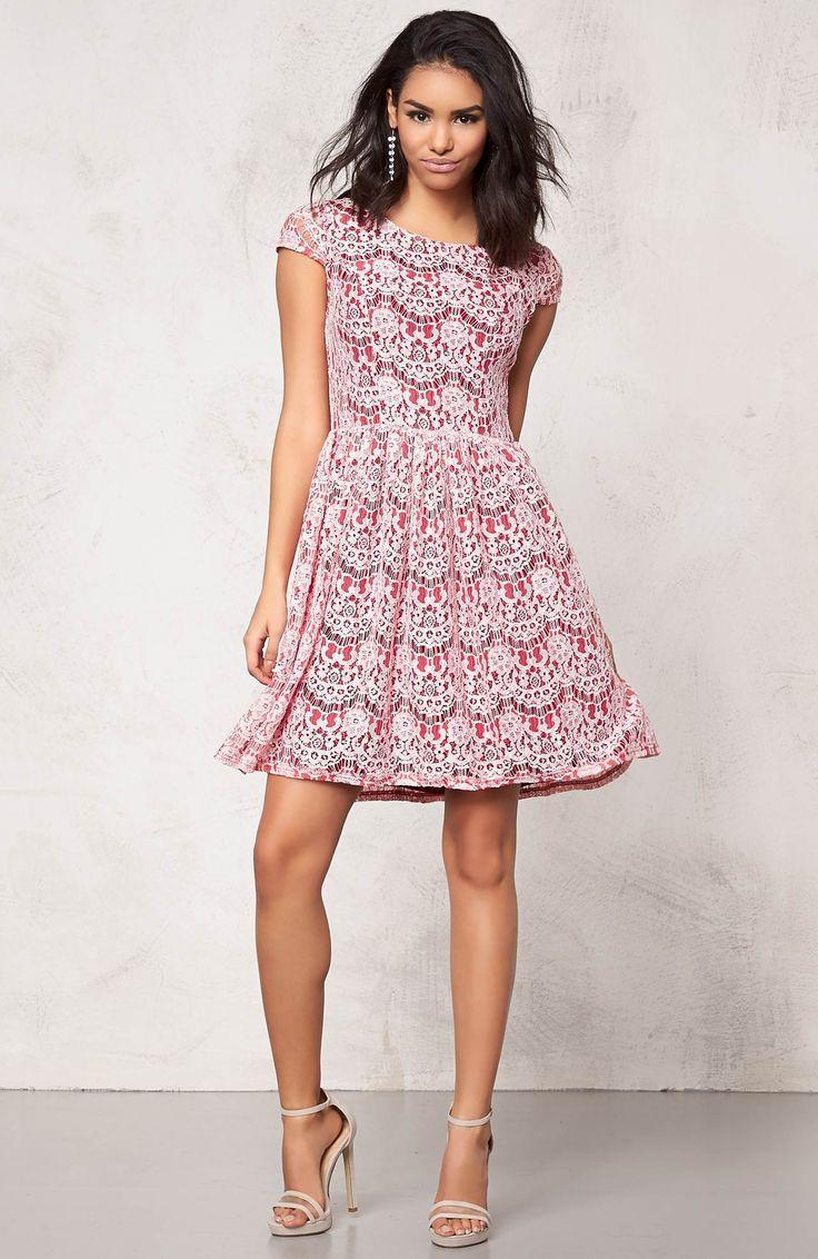 Przepiękna, koronkowa sukienka marki Model Behaviour. 219 zł na http://www.halens.pl/moda-damska-sukienki-sukienki-koronkowe-26193/sukienka-552560?imageId=394582&variantId=552560-0002