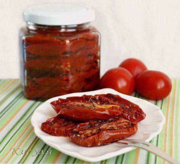 Безумно вкусные вяленые помидоры  Ингредиенты: -томаты мелкие мясистые 1400-1500 г -соль морская крупная -сахар 1 ч. л. -смесь перцев -чеснок 2 зубчика -сухой базилик или тимьян -масло оливковое 5-6 ст. л.  Приготовление: Помидоры вымыть обсушить, разрезать на половинки, удалив плодоножку. Я не удаляю семена, мне жалко, что тогда там есть кроме шкуры.. Противень застелить фольгой, чтобы меньше мыть ( блестящей стороной вверх). Разложить половинки помидор срезом вверх, посолить солью…