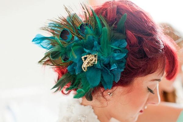 Интересное украшение прически невесты с павлиньими перьями #wedding #vintage #hair #bride #turquoise #feather #red