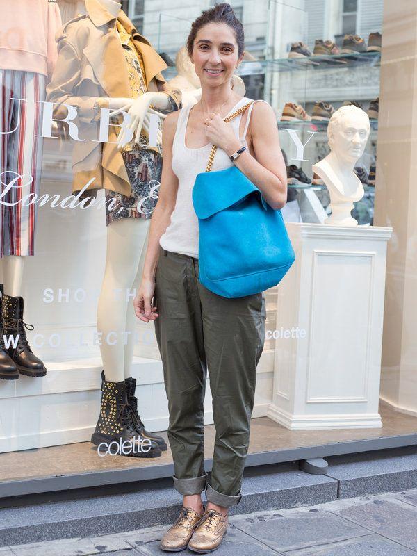ママン: Celine セリーヌ/歯科矯正師「ロエベ」のリブ編みタンクトップに、「ミュウ ミュウ」のカーキーのパンツを合わせて、大人のミリタリースタイルを披露。「セリーヌ」のブルーのバッグや「チャーチ」のゴー...