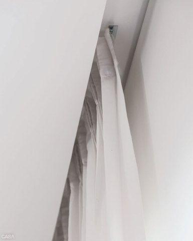 Delicadeza era a tônica neste living, por isso o poliéster (Lexus, da Donatelli) nas cortinas (confecção da Decoramelo). Um nicho no forro de gesso embute o trilho. Pregas americanas ajudam no bom caimento.