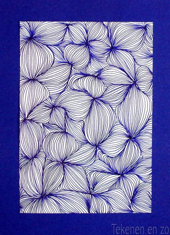 Artlijnen spektakel. Zet verspreid over het papier stipjes en verbind deze met gebogen lijnen. Teken daaromheen meer gebogen lijnen, steeds uitgaand van de stippen. Het lijken wel knoflookteentjes!