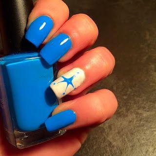 nail art blu marina colorata di blu e stella realizzata con il dotter