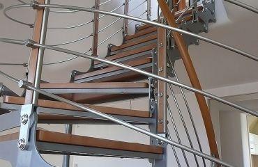 Лестница на тетивах. Полимерный поручень. Спроектирована и изготовлена компанией TitaniumStairs (Киев, Украина)