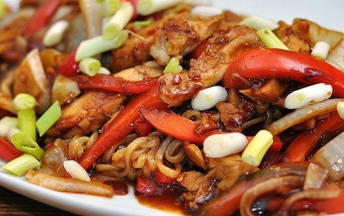 Un plat complet prêt en 20 min, préparé avec des nouilles, du poulet, un assortiment de légumes, de la sauce cacahuète et soja.       Rame...
