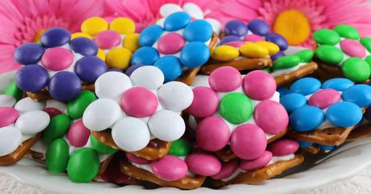 Flower Pretzel Bites - delicious bites of sweet and salty goodness made with pretzels and colorful M&M's.  So beautiful, so yummy, so easy to make!