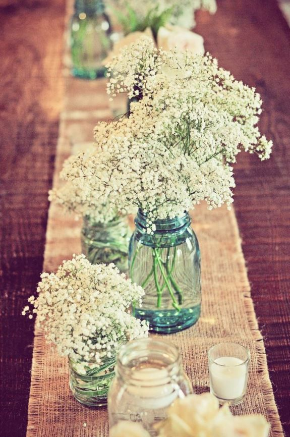 <3 Centre de table <3 Toile de jute rustique et pots en verre avec mini-bouquets de gypsophile