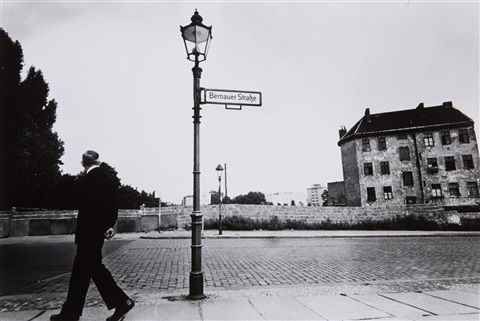 Mann in der Bernauer Straße, Berlin [Man in Bernauer Straße, Berlin] von Will McBride