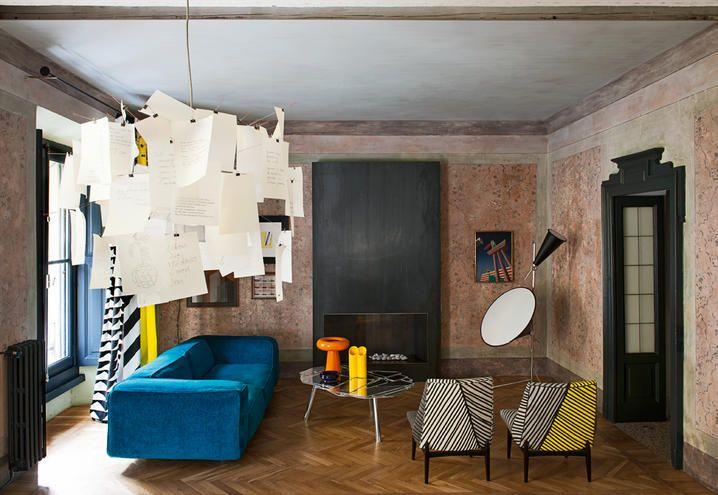 Le pennellate di colore dei tessuti di Livio de Simone irrompono in una classica abitazione fine '800. È il pied-à-terre milanese dell'architetto Giuliano dell'Uva