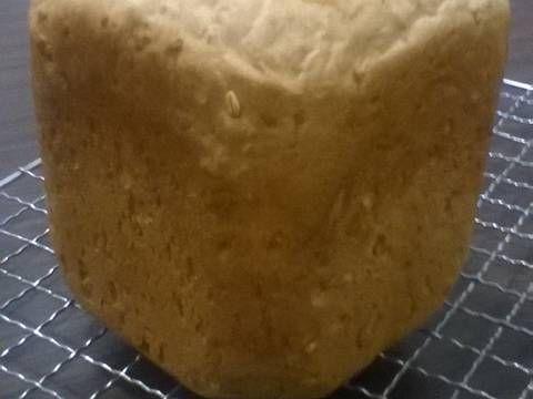 Fabulosa receta para Pan de avena (para hacer en máquina panificadora). Un pan blanco muy básico con un toque de avena. Si se le agrega leche, la costra saldrá mejor. Receta para un pan de aproximadamente 700 gramos.