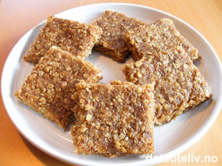 """""""Crackerjacks"""" er sprø og deilige havre- og kokosruter som du steker i liten langpanne og deretter deler opp i firkanter. Kakene er svært raske å lage. Se også oppskrift på """"Crunchies""""."""