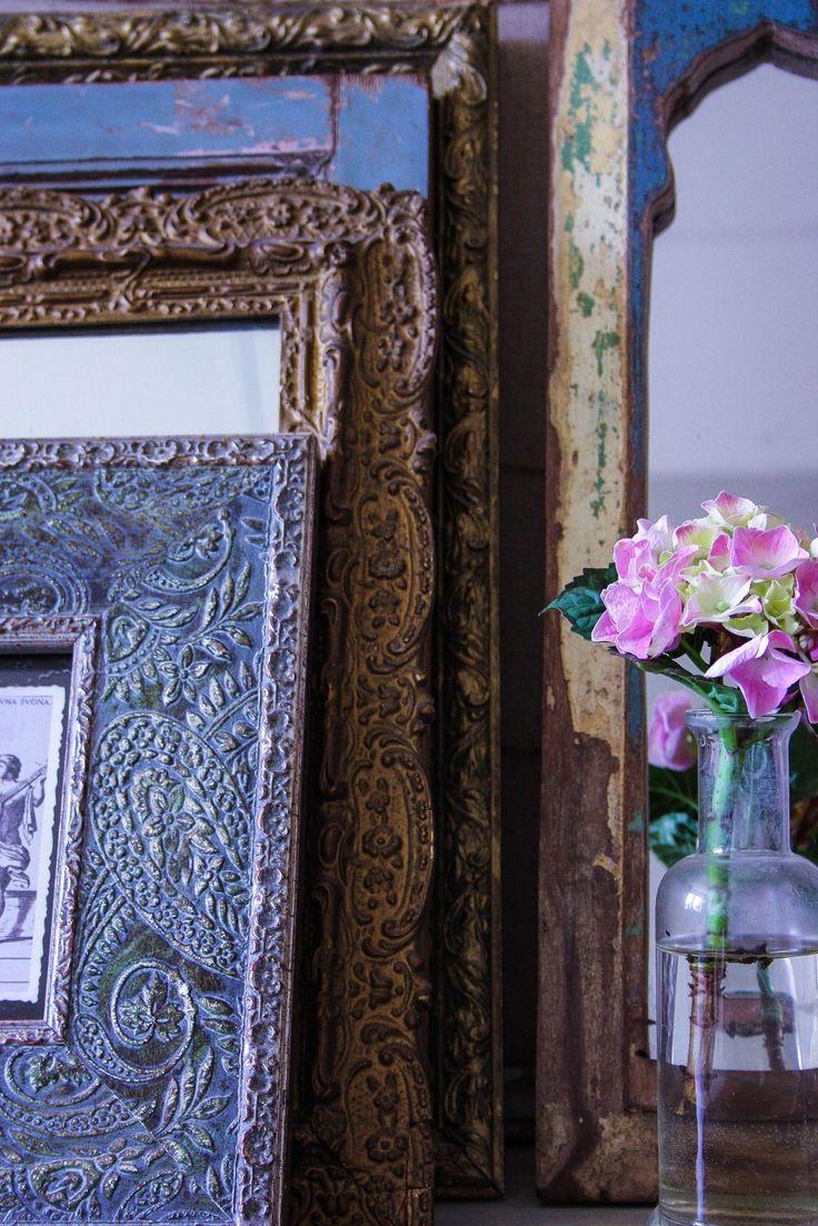 Detaljer   Blogg: www.usoinredare.blogg.se  Instagram: @usoinredare   Livingroom , inspiration , vitt , grått , svart , matbord , matrum , white , Grey , black , tolix , plåtstolar , tinek , Day home , skåp , vitrinskåp , interiör , interior , sidobord , brickbord , lampa , orientaliskt , bohemiskt , marockanskt , indiska , shabby chic , chabby , lantligt