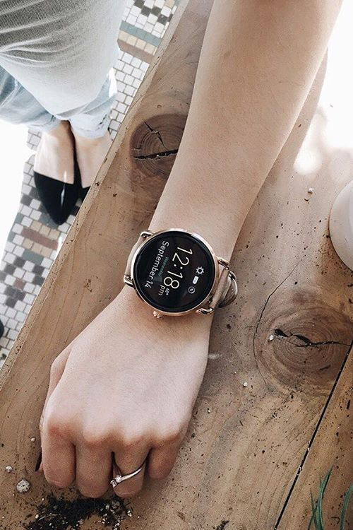 Street style for the girl who's always on-the-go. Who says you have to choose between functionality and style? This Q Wander smartwatch is the rose-gold tech gadget you've been looking