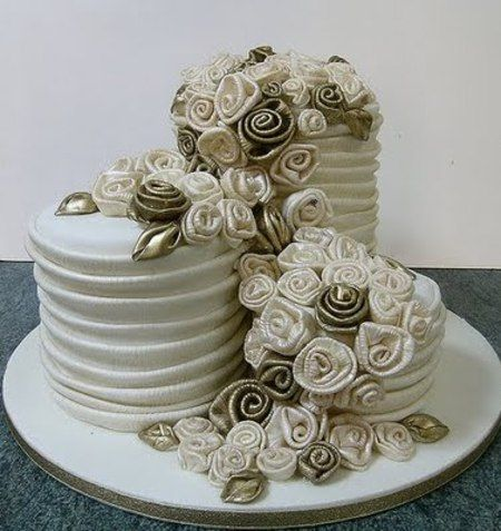 @Shannyn Cash-King, this is GORGEOUS!!! I would consider this for a wedding cake!!!