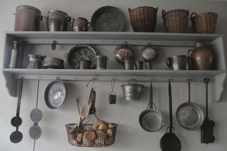 Keukenrek met oude vertinde potterie