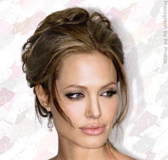 Angelina Jolie marca tendencia. La combinación es perfecta: pelo recogido y ondulantes sugerencias. Los ondulados, rizados y juguetones tirabuzones; el pelo recogido y los moños están de moda #rizos #recogidos #moños #tendencias #ondulados #peluquería #pepa #viñas #navidad #findeaño