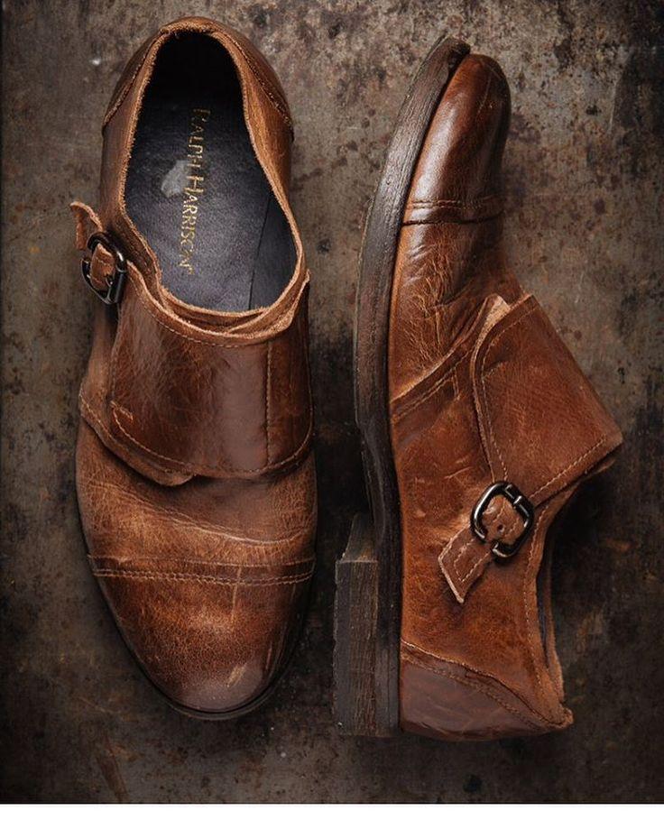 Смотришь на обувь на картинках в пинтересте, и не понимаешь, где такую найти. Обувь, которая попадается в магазинах вся категорически не та. Это обувь для сидения за столом в офисе, обувь для поездок на машине, обувь для поездки на дачу, вся она слишком гладкая, слишком мягкая, слишком блестящая, слишком жесткая, слишком спортивная, увешанная кучей бессмысленных украшений, или наоборот, тоскливая, как жизнь фотографа, снимающего выкуп в подъезде. Как найти обувь, которая будет выглядеть…