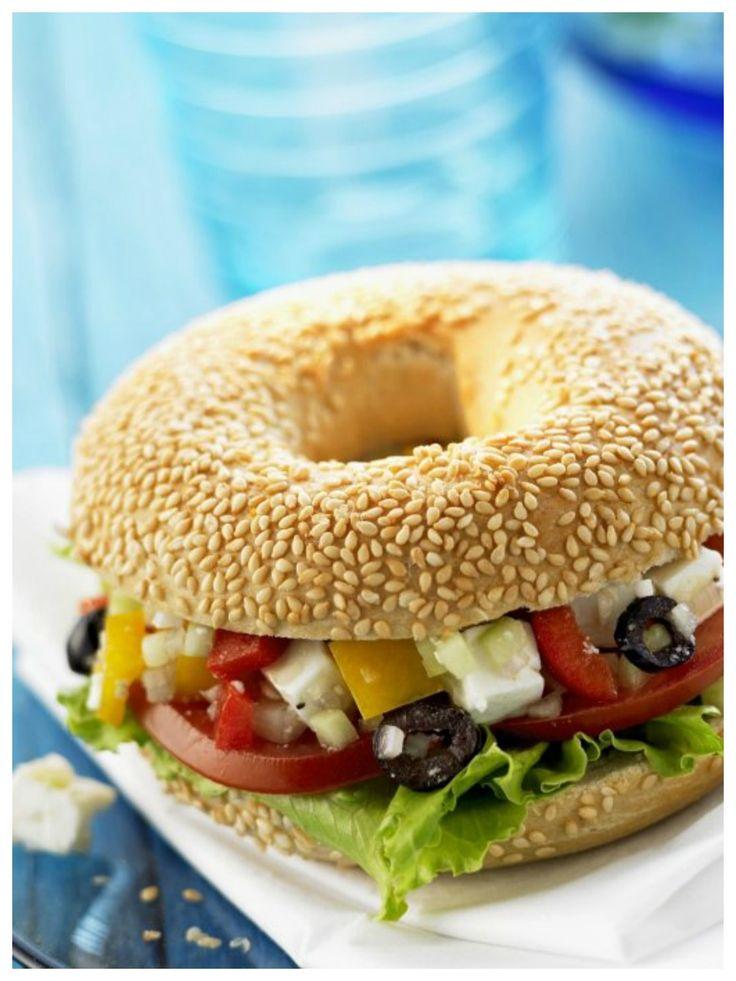 Gelungener Mix aus griechischen und amerikanischen Einflüssen: Bagels mit griechischem Salat | http://eatsmarter.de/rezepte/bagels-mit-griechischem-salat