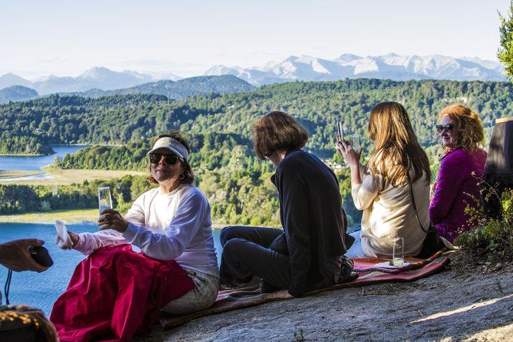 Activa el Modo Viernes y dinos ¿con quién te gustaría estar en este hermoso lago en Bariloche, Patagonia Argentina? #FridayMood #TGIFriday #destinos #lugares #Bariloche #Patagonia #amigos #lagos #montañas #naturaleza #paisajes #viajes #deviaje
