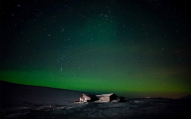 Foto de Michelle Schantz mostra cabana isolada em Finnmark, na Noruega, iluminada pela Aurora Boreal. A fotografia é uma das vencedoras do Concurso de National Geographic Traveler